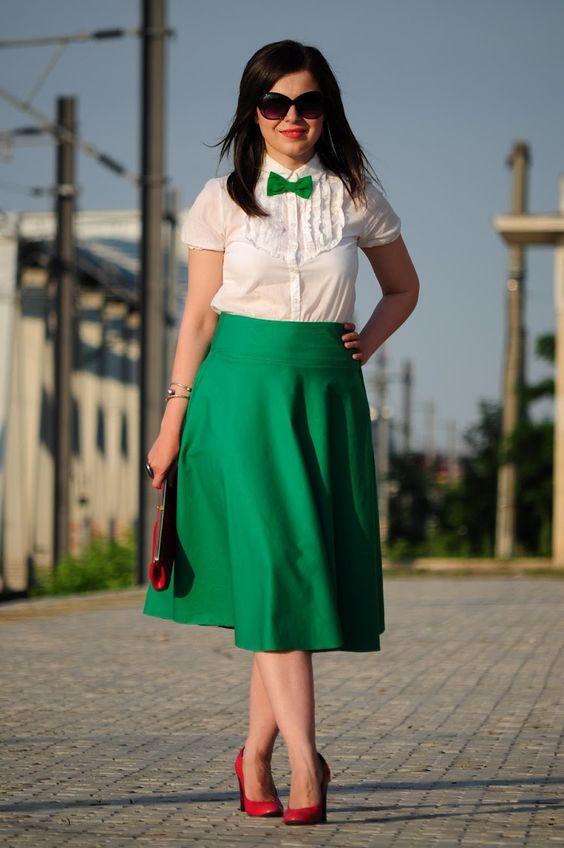 Зеленая юбка-миди, белая блуза и красные туфли - универсальный ансамбль