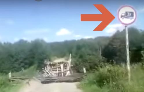 Отчаянный водила грузовика решил опробовать на прочность хлипкий мост (видео)