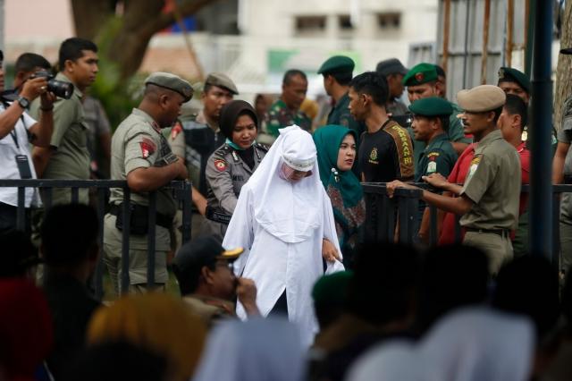 Шесть неженатых пар прилюдно отлупили палками в Индонезии