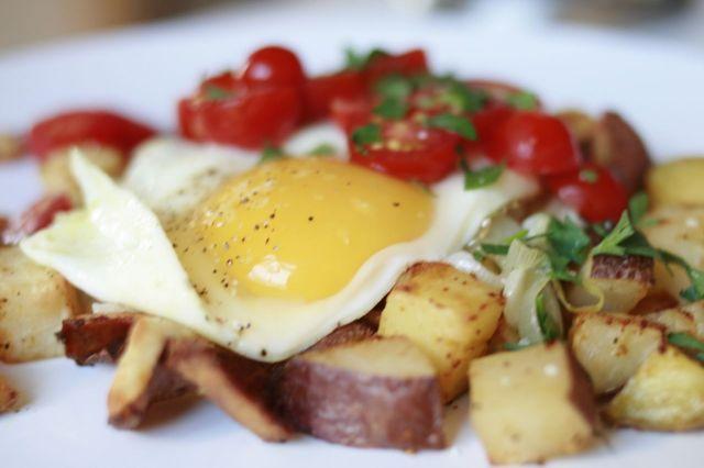 Яичница с картошкой: рецепты приготовления