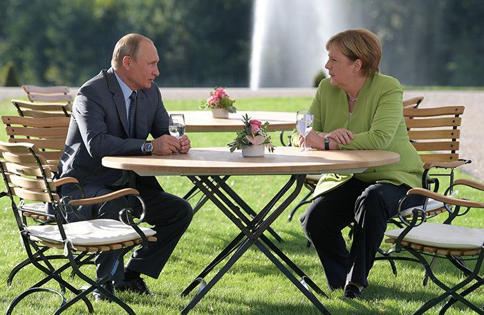 «Шампанское в Австрии и лишь минералка в Мезеберге». Как в Германии оценили встречу Путина и Меркель?