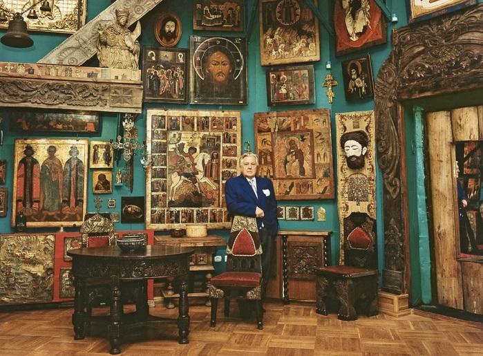 Илья Глазунов в своей мастерской.