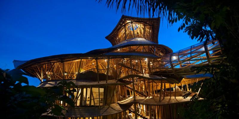 Девушка бросила работу, уехала на Бали и построила там обалденный дом из бамбука