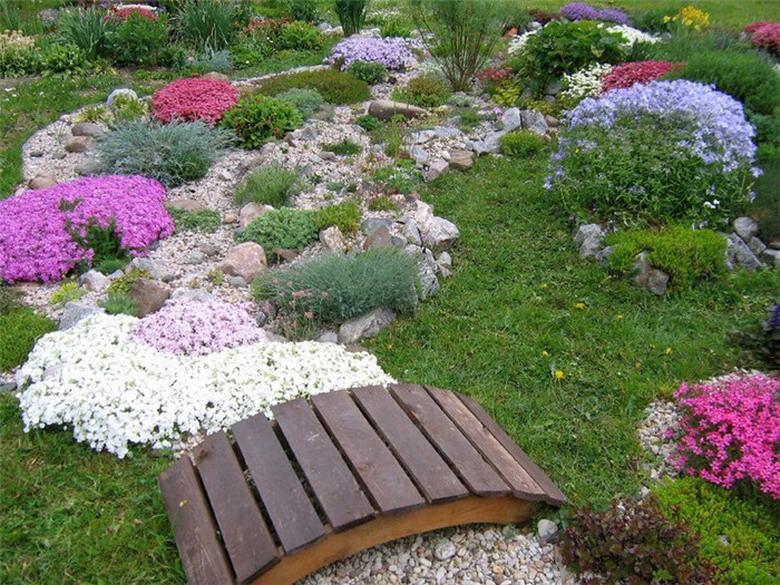 Горка в саду Цветы в саду