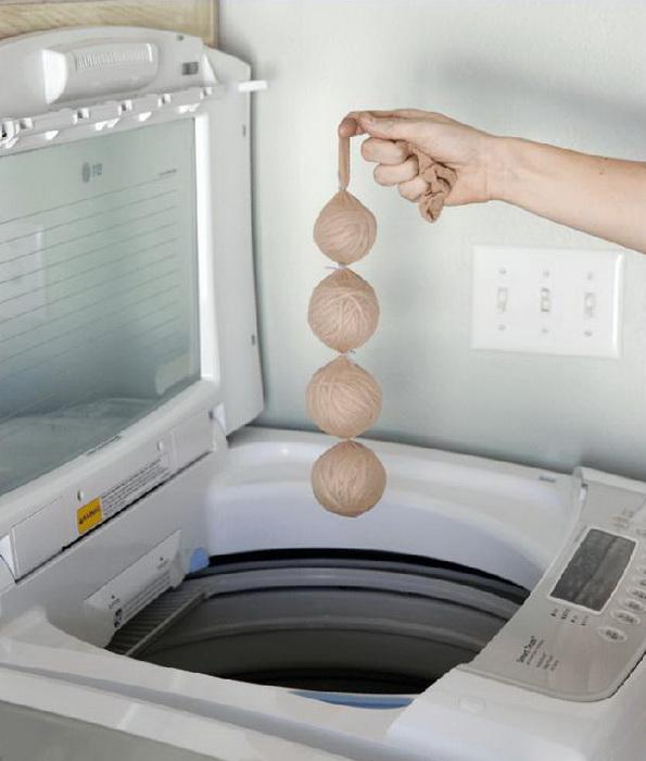 Гирлянда из шаров, которые пора отправить в стиральную машину.