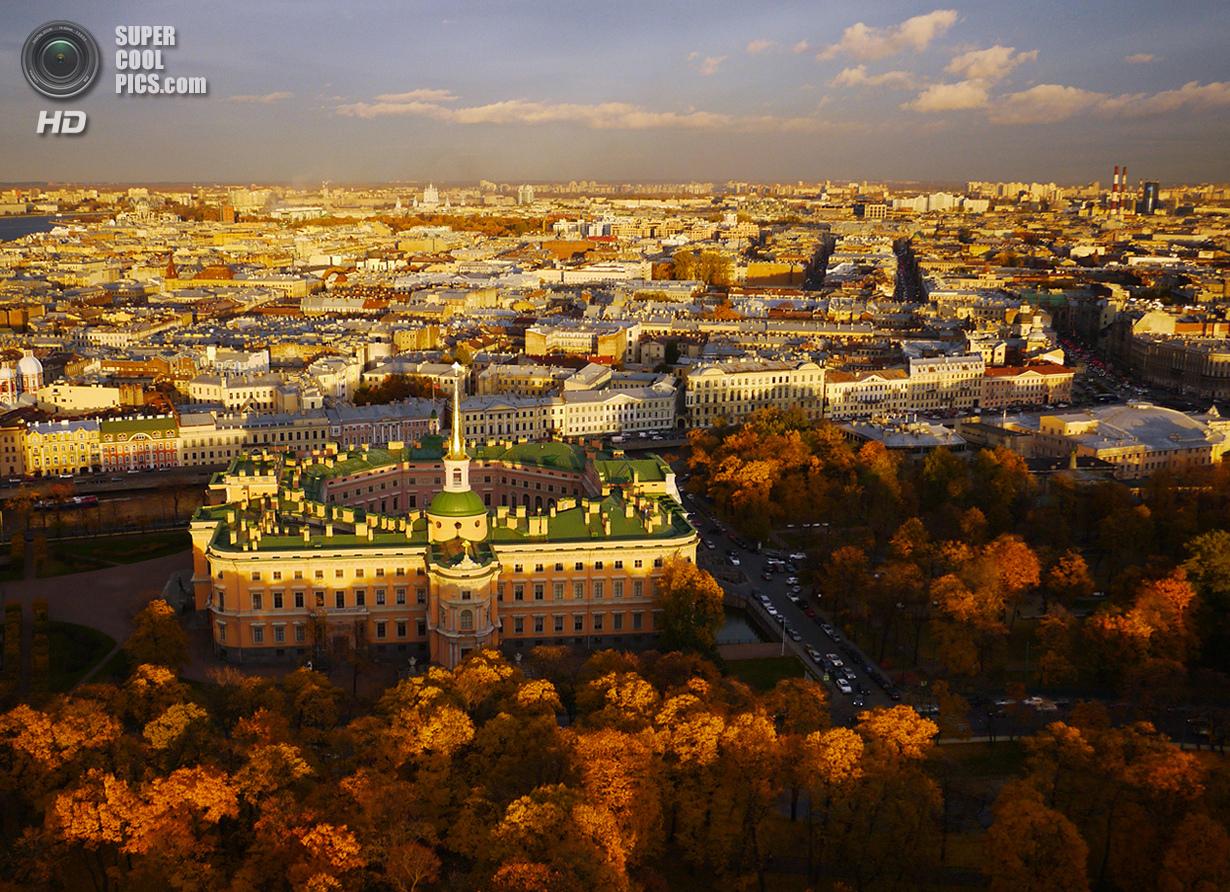 Михайловский замок, где спустя 40 дней после переезда в собственной спальне был убит император Павел I. (Amos Chapple/Rex Features)