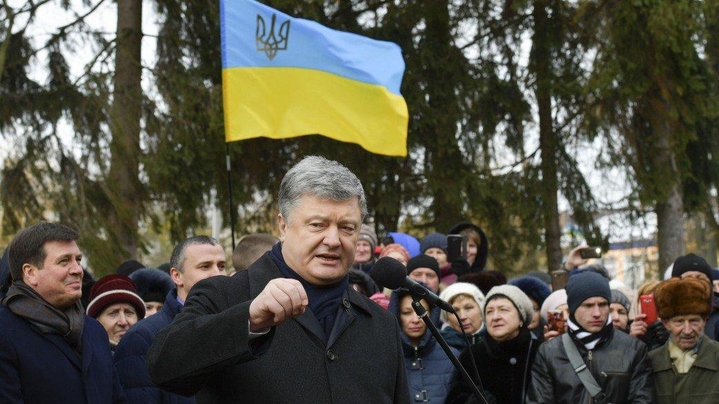 В Сети высмеяли фото Петр Порошенко с деревенскими детьми