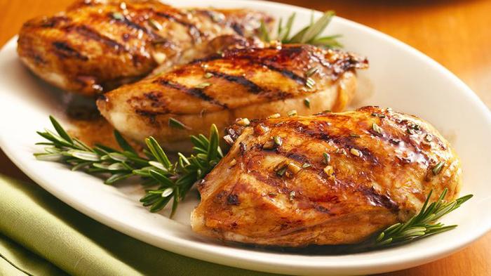 Как использовать специи: постное мясо с розмарином и можжевеловыми ягодами Розмарин, Можжевеловые ягоды, Мясо, Специи, Пряности, Еда, Кулинария, Куриная грудка
