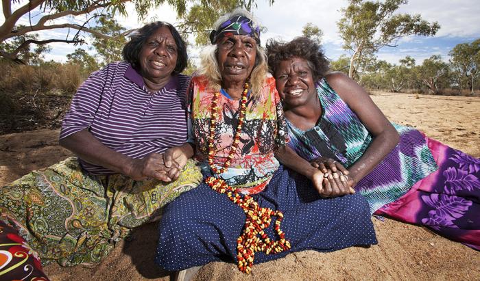 Светловолосая бабушка-аборигенка с соплеменницами. /Фото:taylrrenee.com