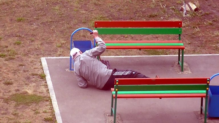 Старик лежал без движения на остановке, а люди не обращали на него внимания. Но тут пришла неожиданная помощь…