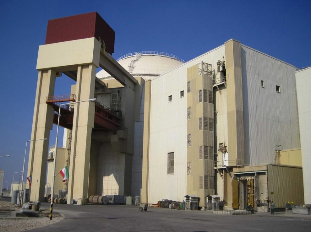 7) Общий вид на АЭС (в центре) в Бушире в 1215 км к югу от Тегерана 30 ноября 2009 года. (REUTERS/Vladimir Soldatkin (IRAN POLITICS ENERGY))