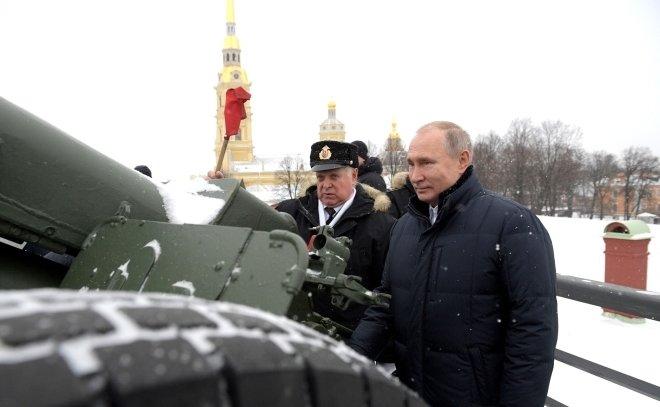 «Аврора» тоже холостыми стреляла»: опубликовано видео выстрела Путина из пушки Петропавловской крепости