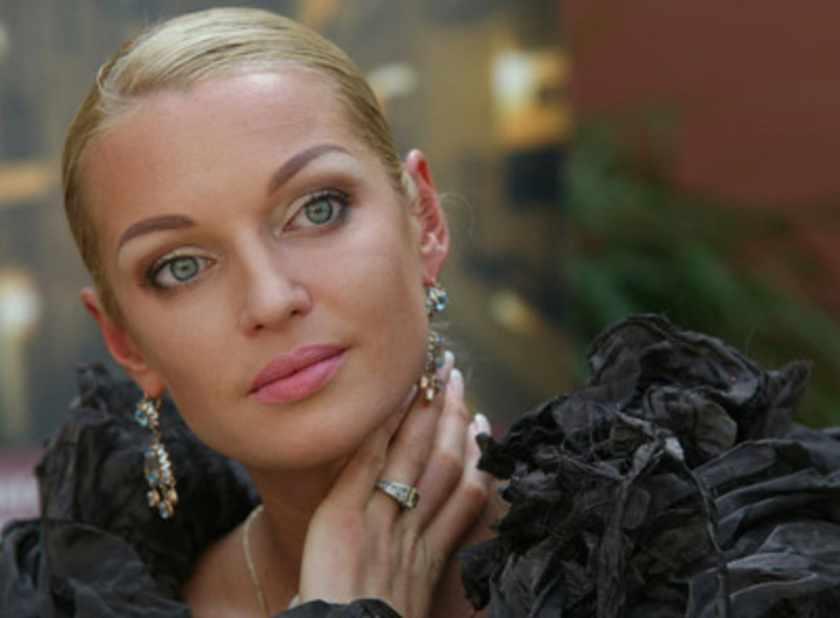 «Прикрылась букетом и кошкой»: Волочкова показала фирменный шпагат
