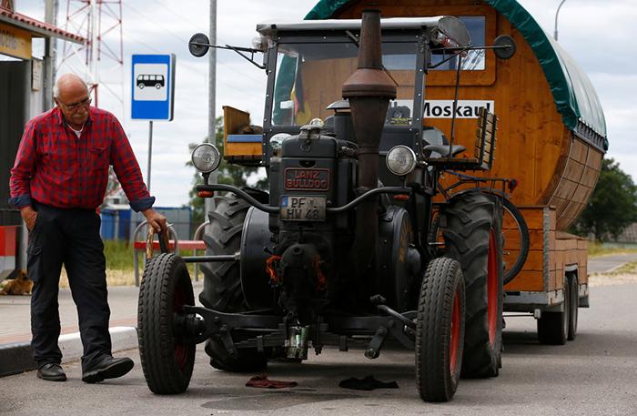 Хуберт самостоятельно отреставрировал старый трактор.
