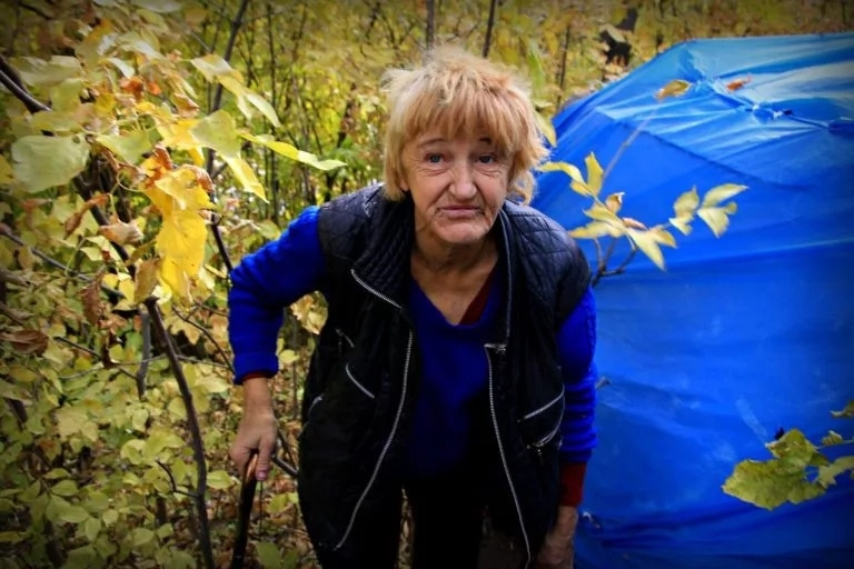 Женщина почти год жила одна в лесу в Уральске