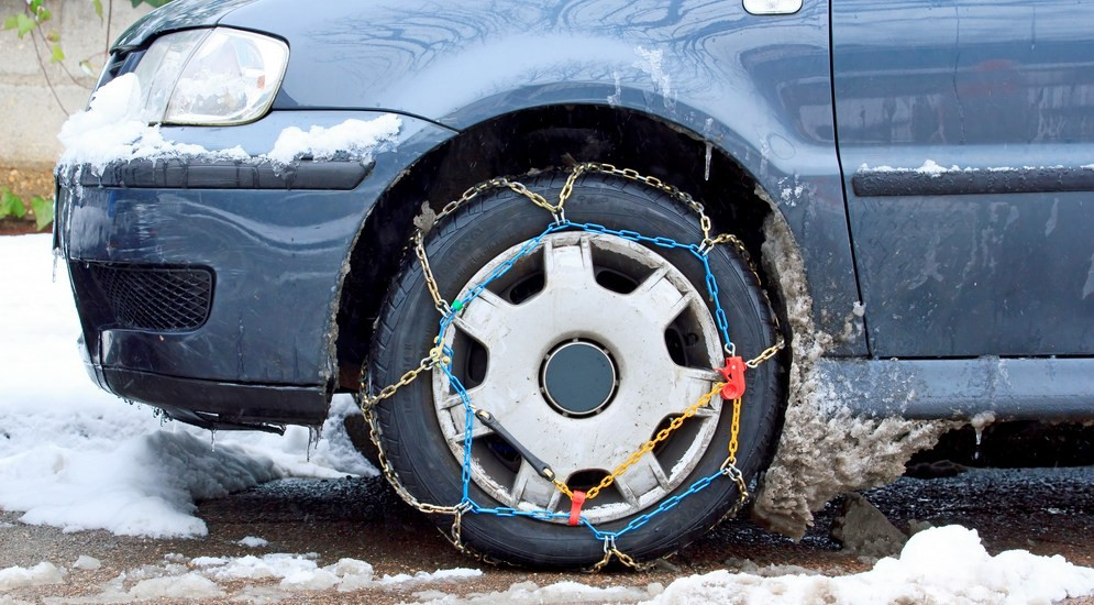 Почему колеса автомобиля пробуксовывают на скользкой дороге
