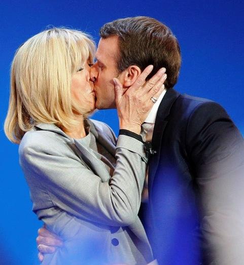 Странная любовь нового президента Франции. Это ж надо было оказаться таким настойчивым...