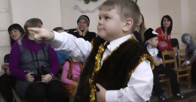 Мальчик на утреннике узнал в Деде Морозе Валеру. Самое смешное новогоднее разоблачение!