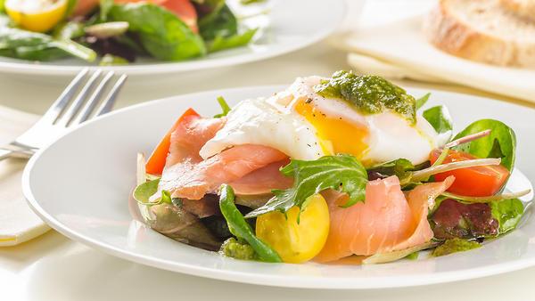 Лососевый салат с яйцом пашо…