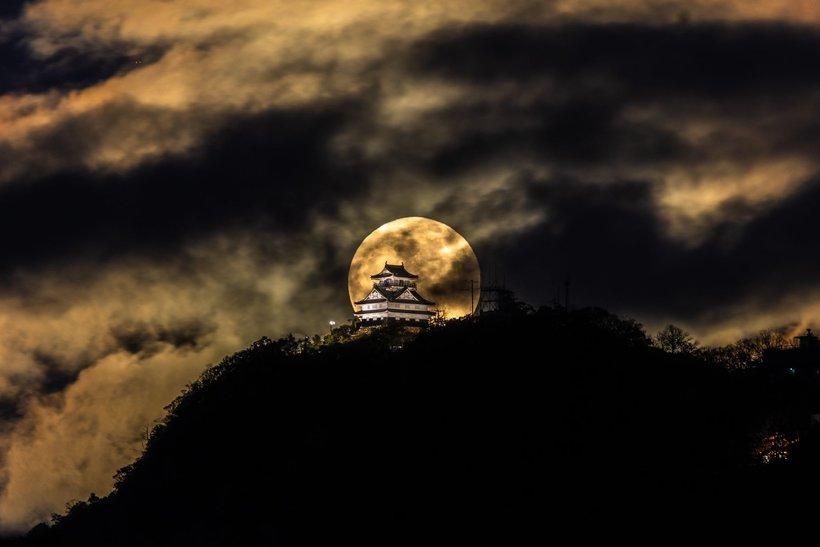 Японский фотограф запечатлел великолепный замок Гифу на фоне полнолуния