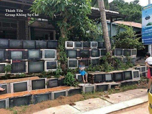 Ничего необычного, просто забор из телевизоров Радость, дом, забор, прикол, строительство, цвет, юмор