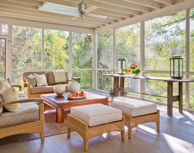 Преобладание белого цвета в интерьере пристройки и большие окна визуально увеличат пространство точно так же, как и внутри дома