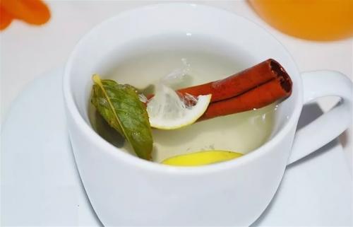 Чай с лавровым листом и корицей — минус килограммы.