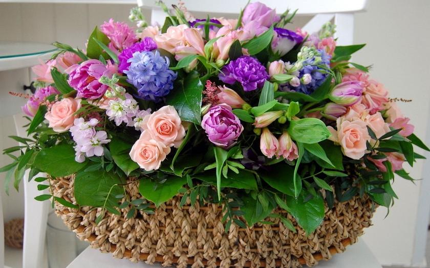 гиацинты, пионы, розы, корзина