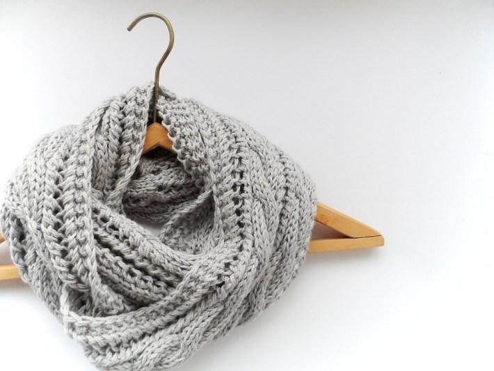 Вяжем очень мягкий и стильный шарф-снуд спицами