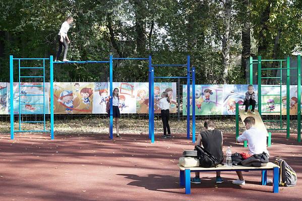 Современный школьный стадион открыли в Индустриальном районе Хабаровска
