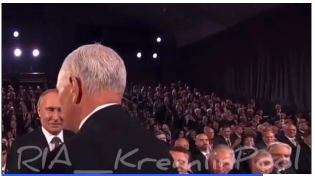 Проигнорированный Пенс сам подошел к Путину для приветствия