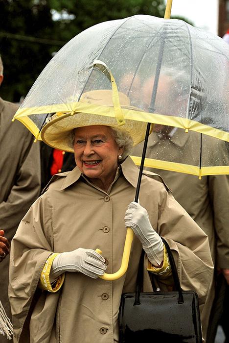 Судя по всему, у королевы накопилась порядочная коллекция зонтов.