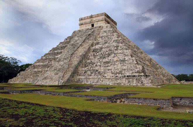 Кукулькана Юкатан Город ЧиченИца является одним из городов майя Предположительно он был основан в VII внэ В нем сохранилось несколько крупных архитектурных памятников майя включая храм Кукулькана Он представляет собой 9ступенчатую пирамиду высотой 24 метра К вершине храма ведут четыре лестницы каждая из которых состоит из 91 ступени Окаймляет лестницы каменная балюстрада начинающаяся внизу с головы змеи В дни весеннего и осеннего равноденствий в определенное время дня балюстрада главной лестницы пирамиды освещается таким образом что змея обретает тело формирующееся из теней и создается иллюзия что она ползет