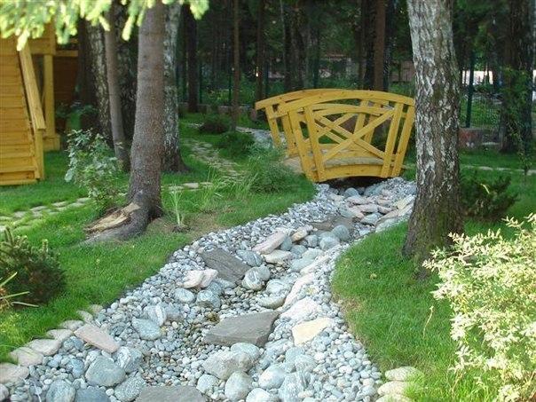 Идея сухих ручьев в саду.