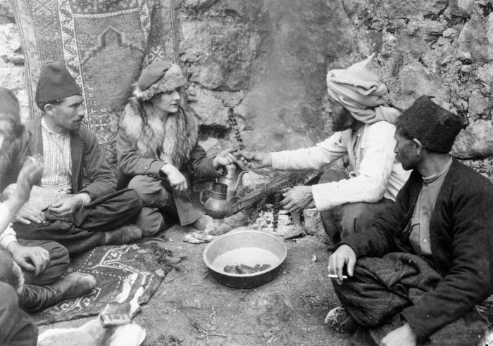 Журналист и исследователь Маргерит Гаррисон разделяет трапезу с группой мужчин племени бахтиаров, 1920-е гг. | Фото: atlasobscura.com.