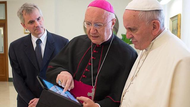 Папа Римский показал, как пр…