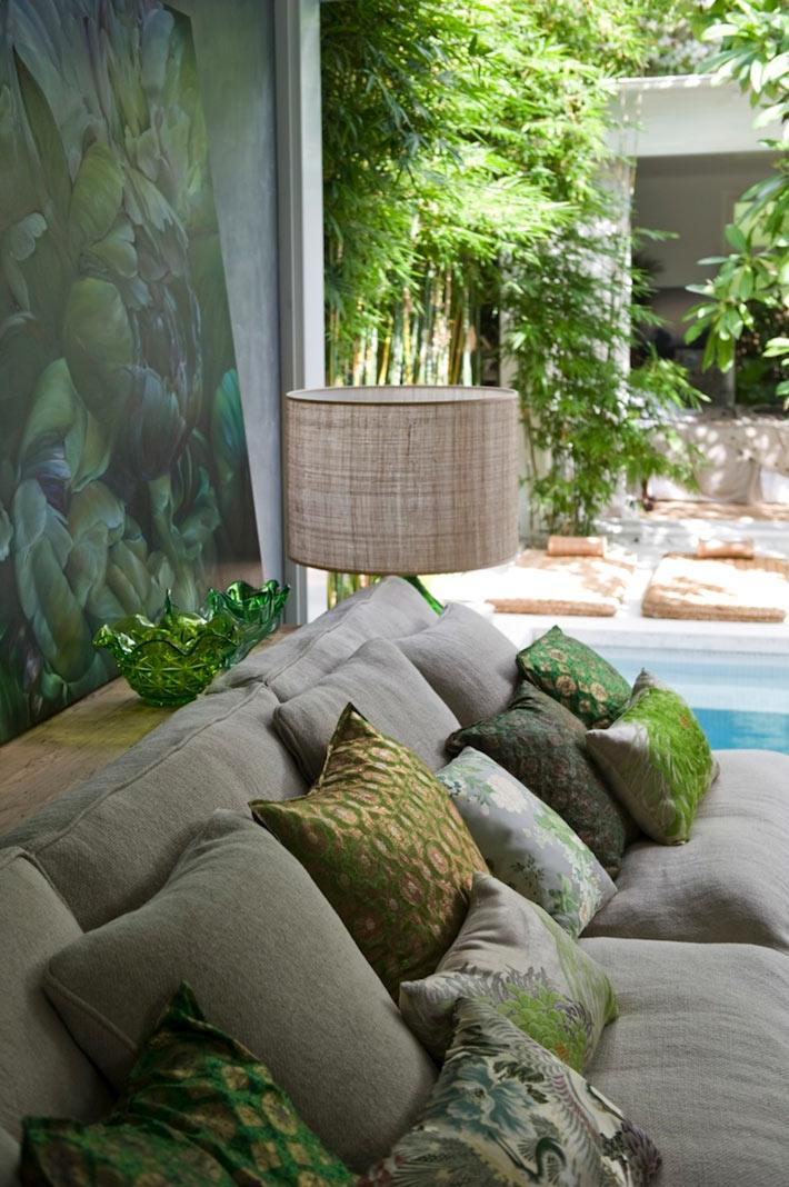 Диванные подушки продолжают общую цветовую гамму интерьера гостиной фото