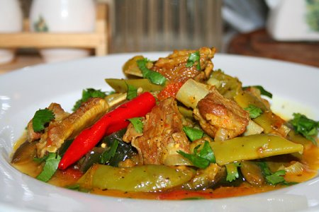 Рёбрышки тушёные со стручковой фасолью и овощами