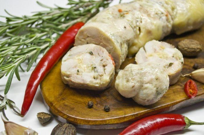 Отварная домашняя колбаса из индейки.  Фото: botanichka.ru.