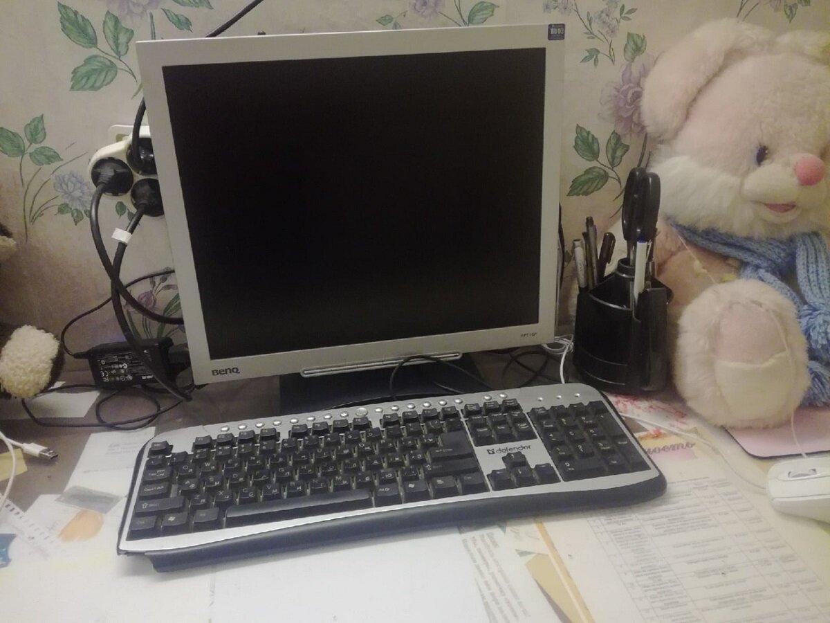 Рабочее место сына дома. Фото автора.