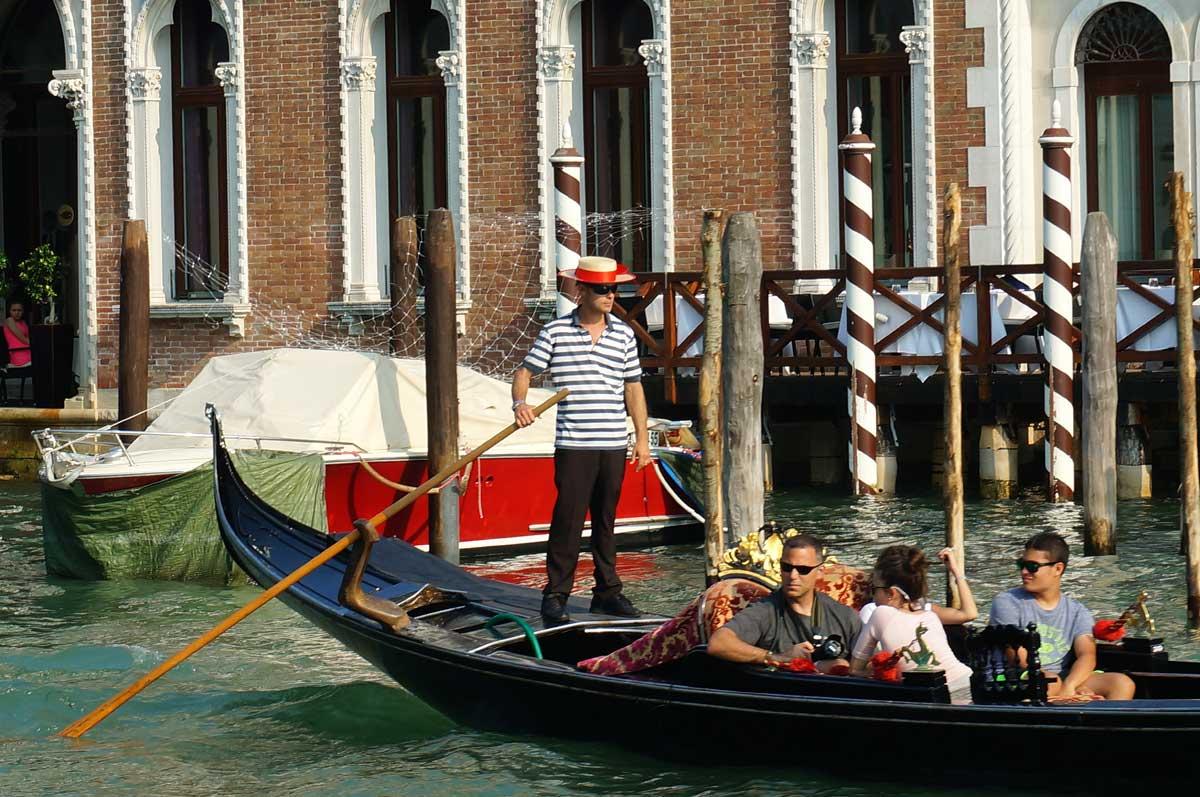 В Венеции первая женщина-гондольер объявила о смене пола
