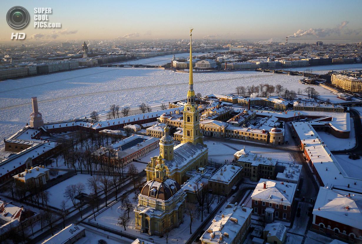 Замёрзшая Нева и Петропавловская крепость — историческое ядро города на Заячьем острове. (Amos Chapple/Rex Features)