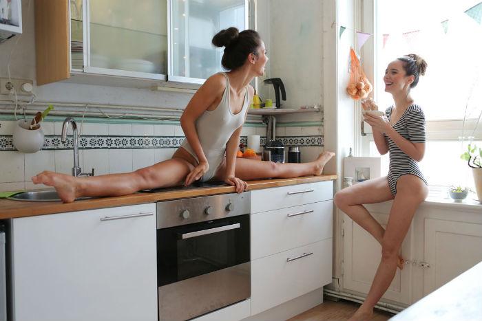 Две близняшки-танцовщицы показали растяжку в игривой утренней фотосессии