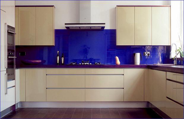 Кухня в цветах: бирюзовый, серый, светло-серый, белый, бежевый. Кухня в стилях: минимализм.