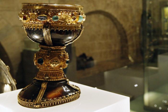В поисках Святого Грааля: Загадки древней реликвии, которая даже неизвестно как выглядит