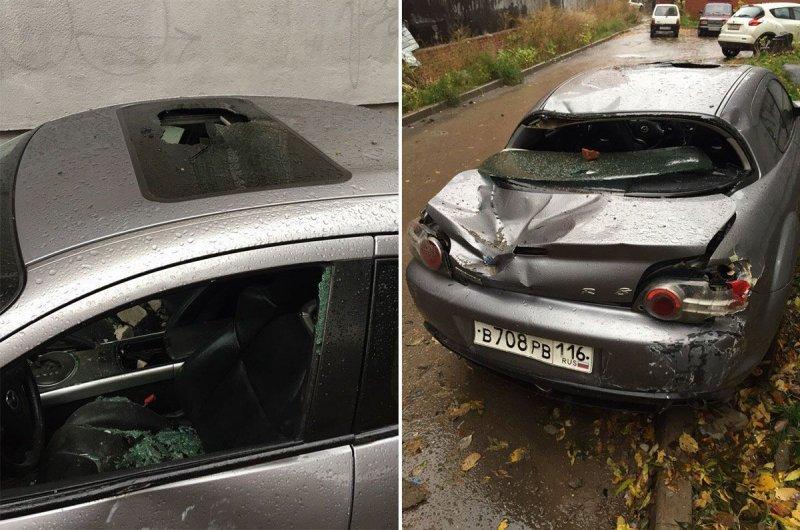 На припаркованный на газоне автомобиль падали кирпичи