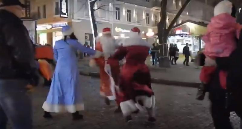 Поздравление девочки с Новым годом закончилось дракой двух Дедов Морозов