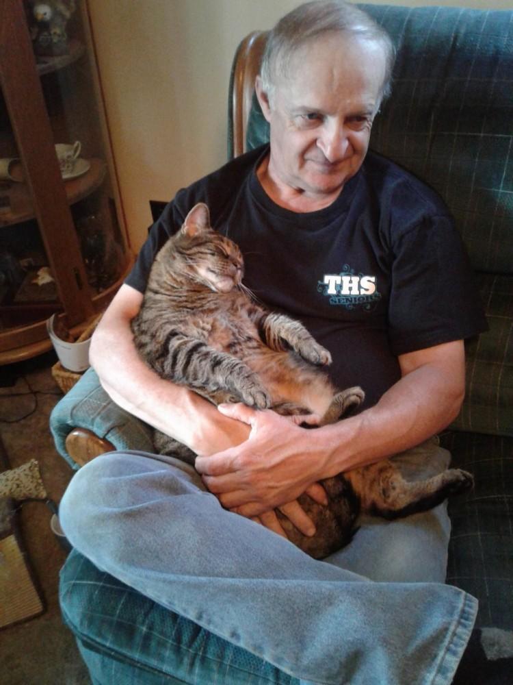 Вот уже 10 лет каждое утро этот кот приходит обниматься со своим хозяином