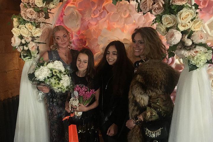 Две жены одного мужа: Анастасия Волочкова помирилась с Варварой Демидовой на дне рождения своей дочери