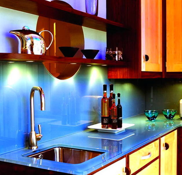 Кухня в цветах: голубой, черный, бордовый, темно-коричневый. Кухня в стилях: эклектика.